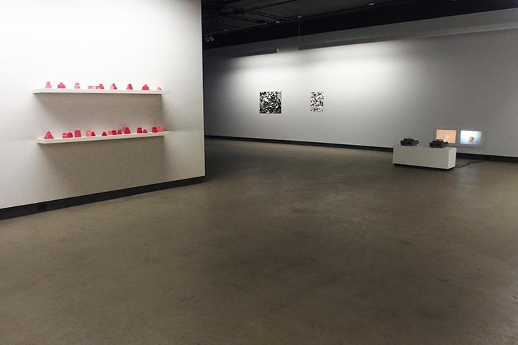 Vue des expositions La chambre inversée de Jacinthe Lessard-L. et Rotations de Lorna Bauer et Jon Knowles (2014)